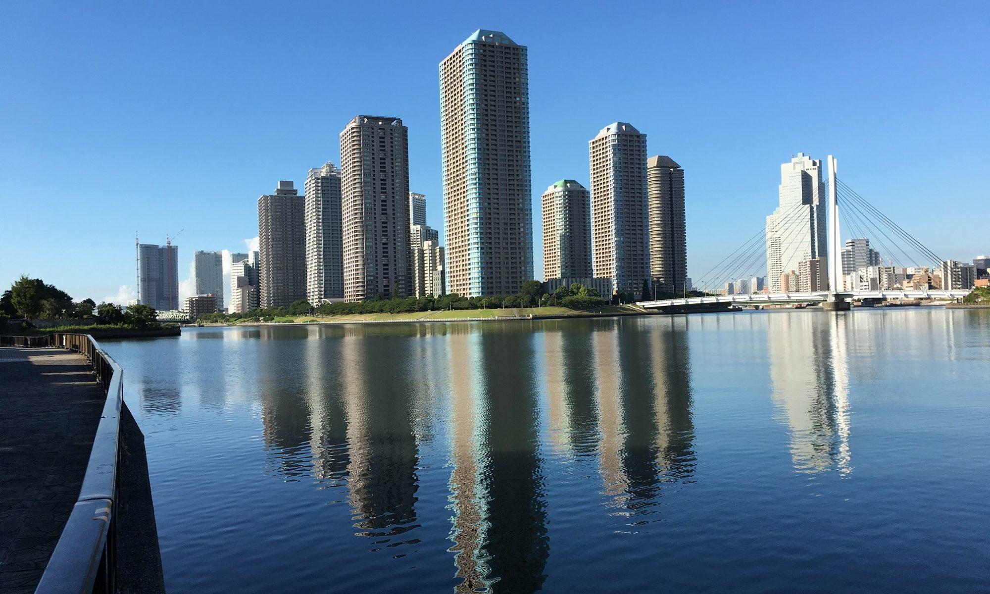 隅田川に逆さに映るリバーシティ21地区