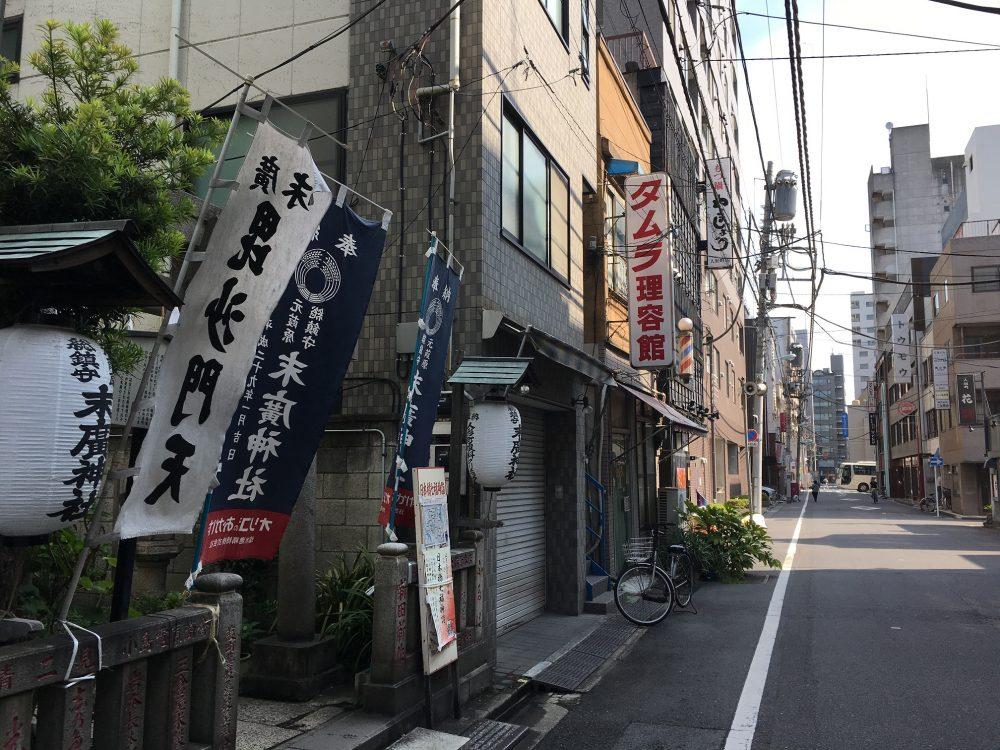 商店街の中の末廣神社