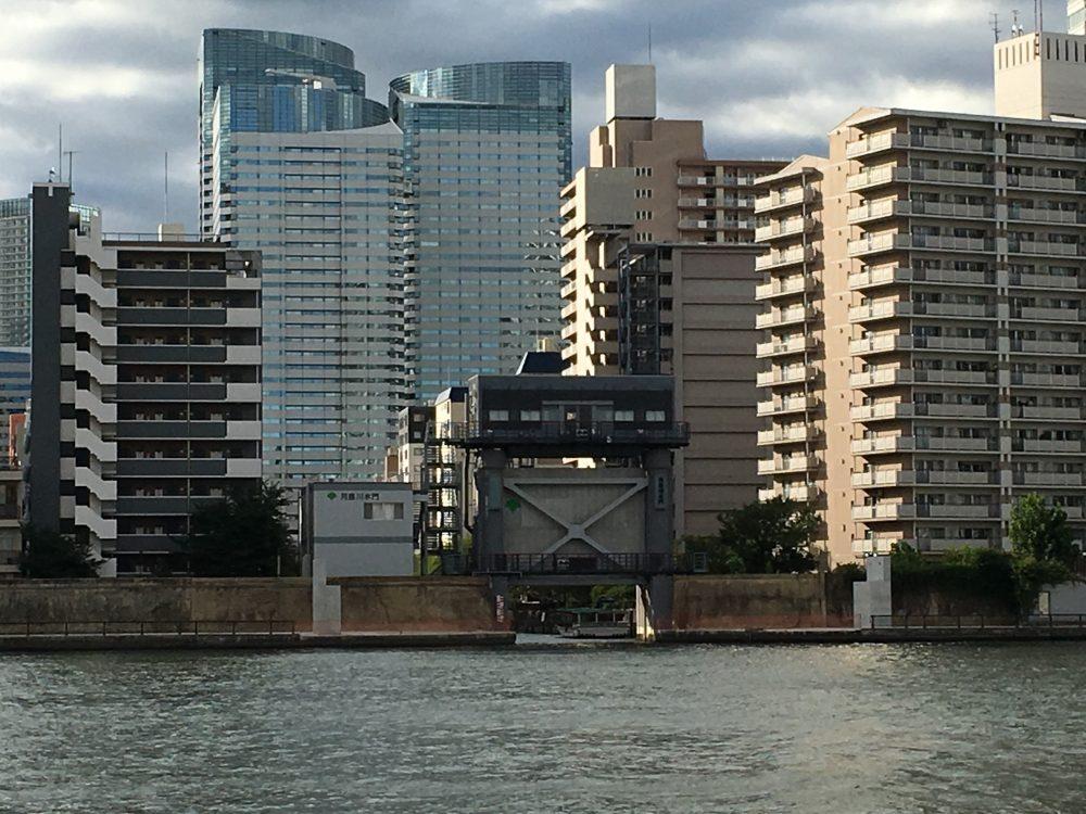 月島川水門対岸から