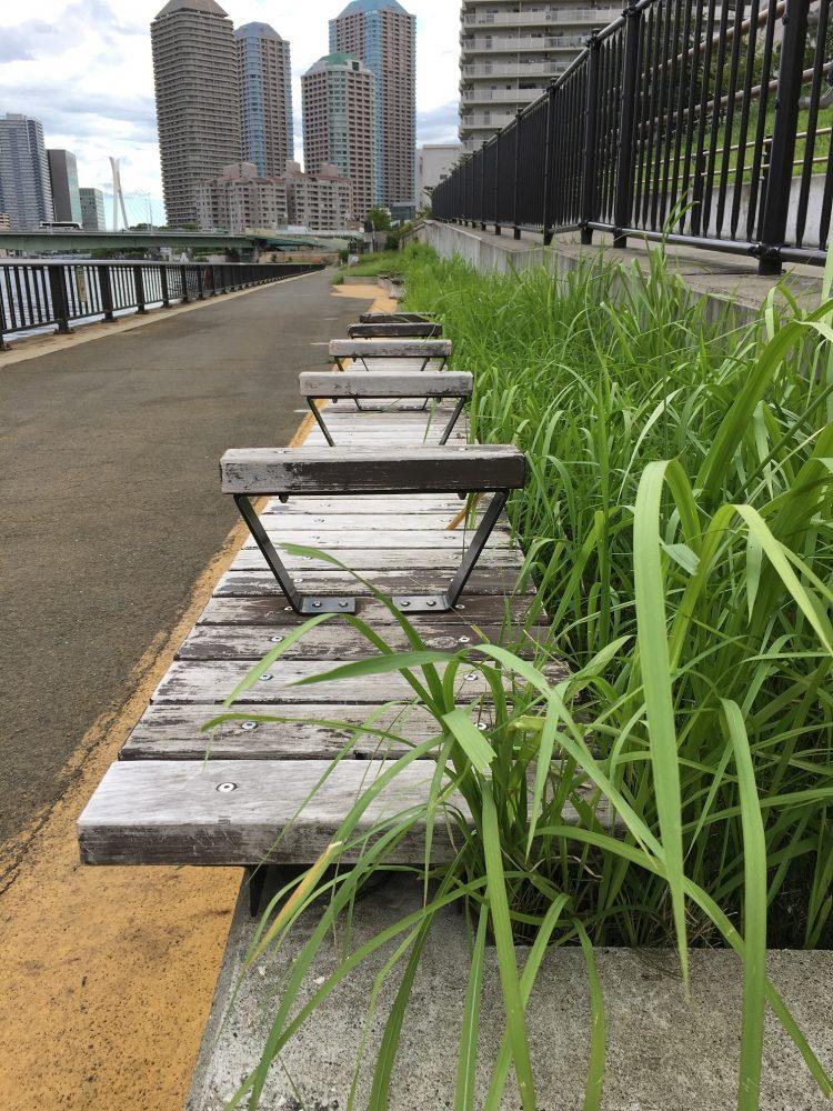 月島川近く草むらのベンチ